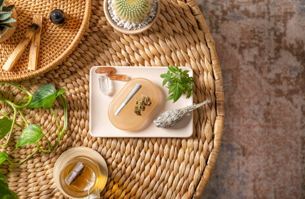 Tisch mit verschiedenen CBD Produkten von oben.