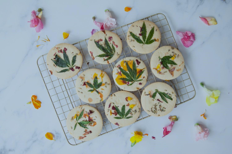 Leckere Kekse mit Hanfblättern gebacken.